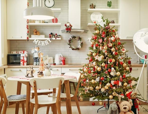 Кухня с новогодним украшением