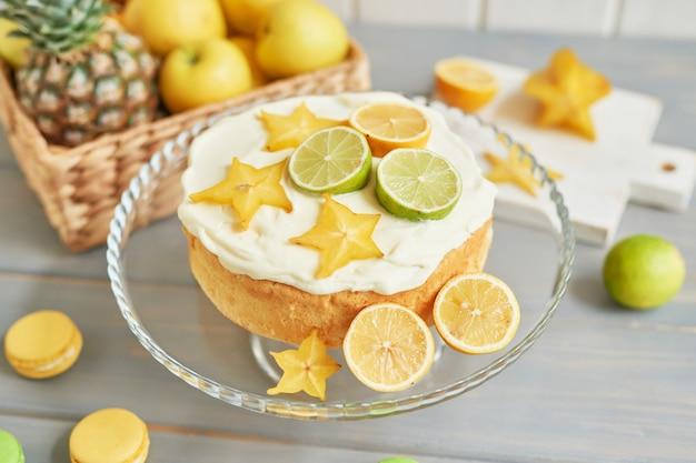 レモンとライムの裸のケーキ