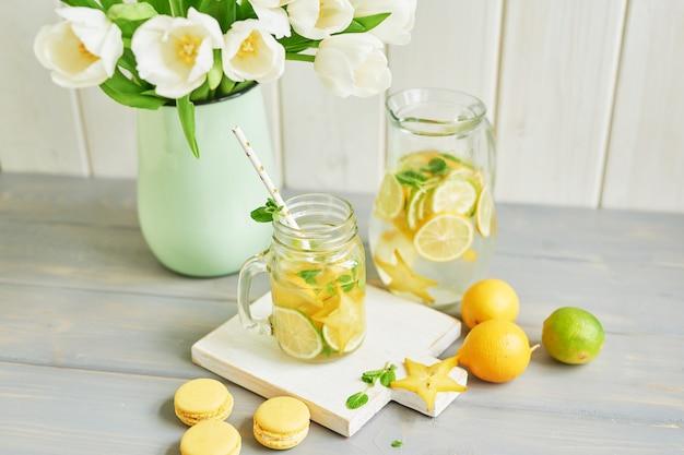 レモネード、甘いマカロン、チューリップの花