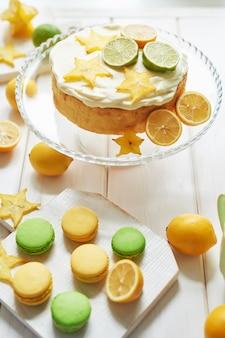 レモンとライムと甘いマカロンを使った裸のケーキ