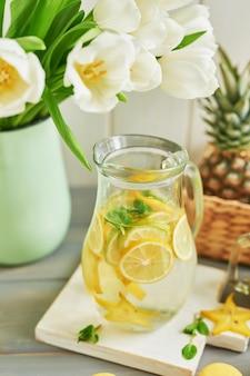 Лимонад, фрукты и тюльпаны