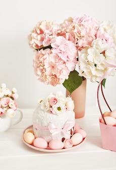 花と卵のイースターの甘いケーキ