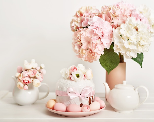 Пасхальный сладкий пирог с цветами и яйцами