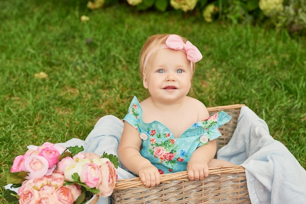День защиты детей, девочка в парке сидит в корзине на летнем пикнике