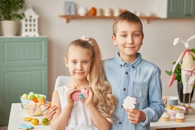食物と一緒にイースターを祝う子供たち
