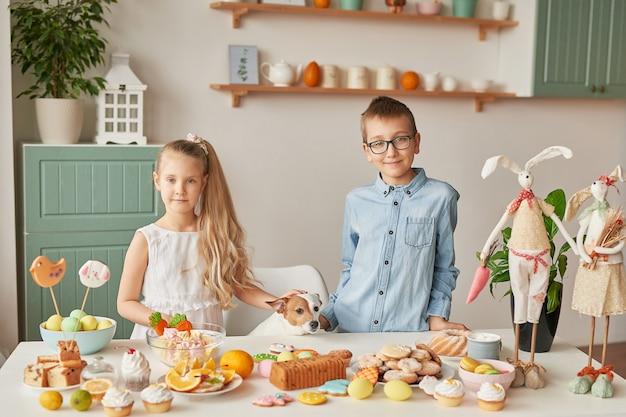 Дети празднуют пасху с едой