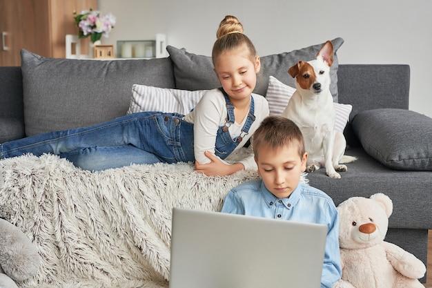 Дети смотрят видео на ноутбуке