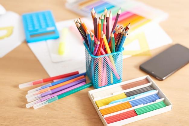 机の上の学用品、学校に戻る