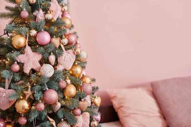 ピンクのロフトスタイルのインテリアのクリスマスツリー。冬のインテリア寝室のクリスマスツリー