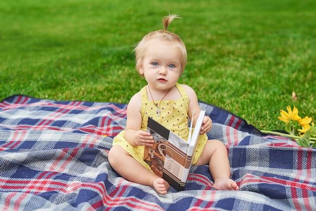 公園で本を持つ少女