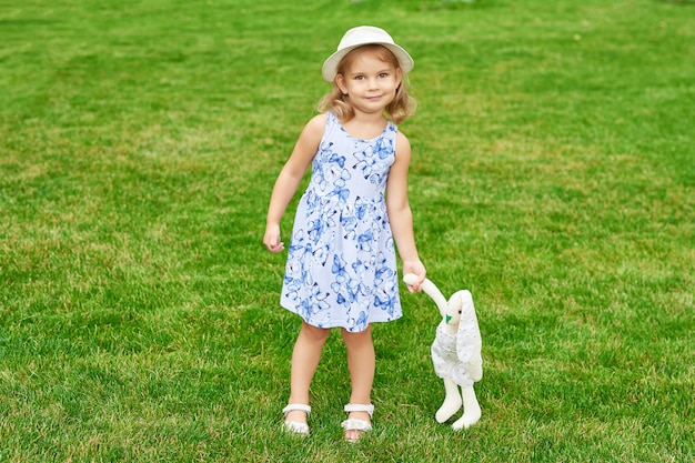 公園でウサギを持つ少女