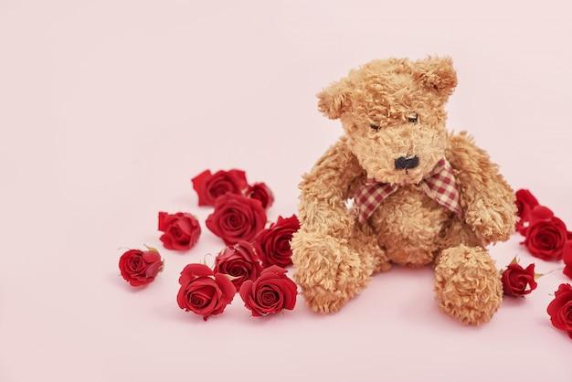 バレンタインの日に赤いバラでかわいいテディベア