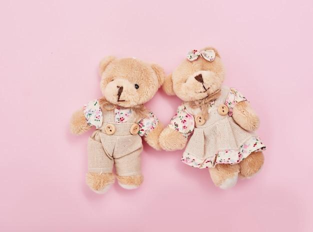 テディー・ベアのカップル、手を繋いでいる男性と女性のおもちゃ