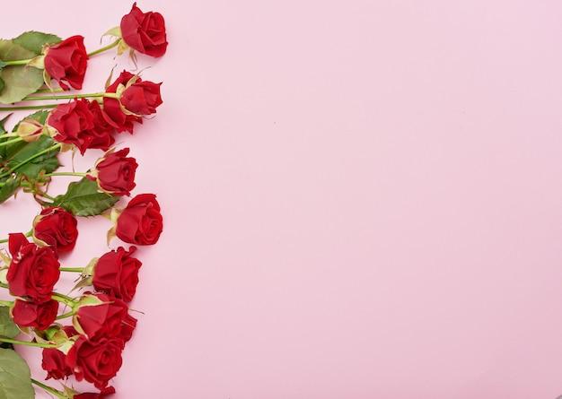 赤いバラとバレンタインデーのロマンチックな背景
