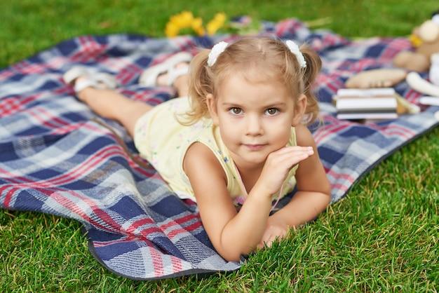 夏の公園の少女