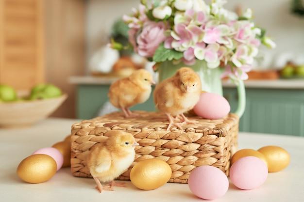 イースターエッグと花と鶏。ハッピーイースターのコンセプト。