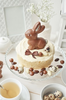 Деревенский кулич с шоколадными кроликами и яйцами.