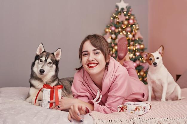 クリスマスに犬と少女