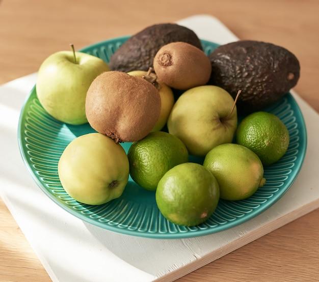 キウイ、リンゴ、アボカドの料理。菜食主義者と菜食主義者のための食物。健康的な食事。デトックスダイエット。オーガニック