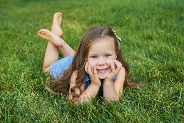 草の上の公園の少女