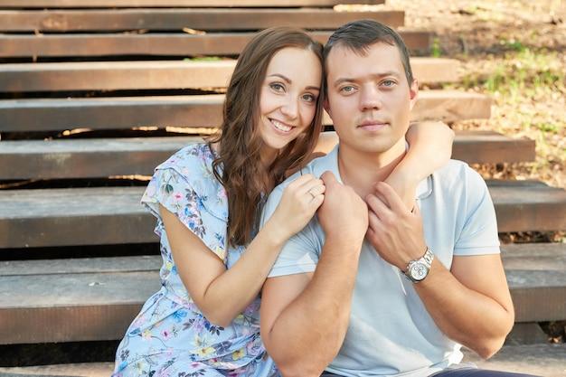 公園で恋のカップル