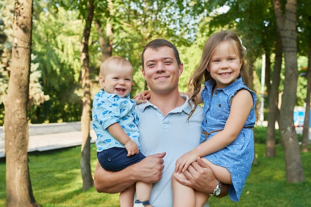 公園で娘と息子を持つ父