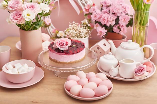 Кулич и красочные яйца на праздничном столе.