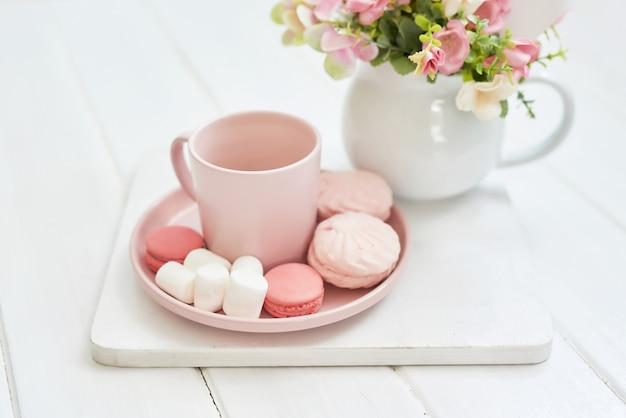 Чайный сервиз с цветами и сладким. копировать пространство