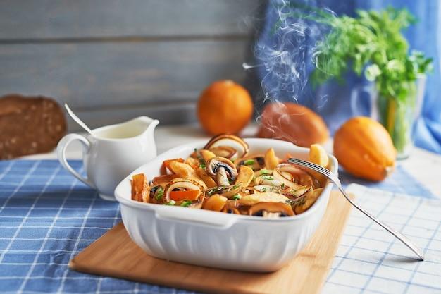カボチャ、ジャガイモ、キノコ入り肉なしベジタリアンロースト。かぼちゃ皿