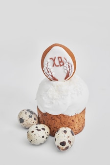 イースターの甘いパン、花、卵、ジンジャーブレッドのイースターケーキ。コピースペースを持つ休日朝食コンセプト。