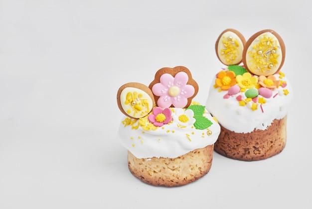 イースター正統派の甘いパン、花とジンジャーブレッドのイースターケーキ。コピースペースを持つ休日朝食コンセプト。
