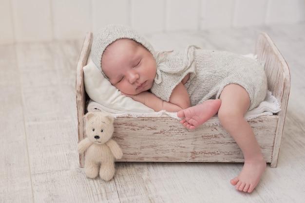 寝ている生まれたばかりの赤ちゃん。健康と医療のコンセプトです。健康な子供、病院の概念と幸せな母性。乳児。幸せな妊娠と出産。子供のテーマ。乳幼児用品