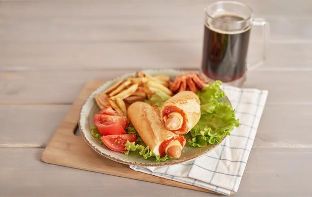 オクトーバーフェストの野菜とビールのホットドッグ