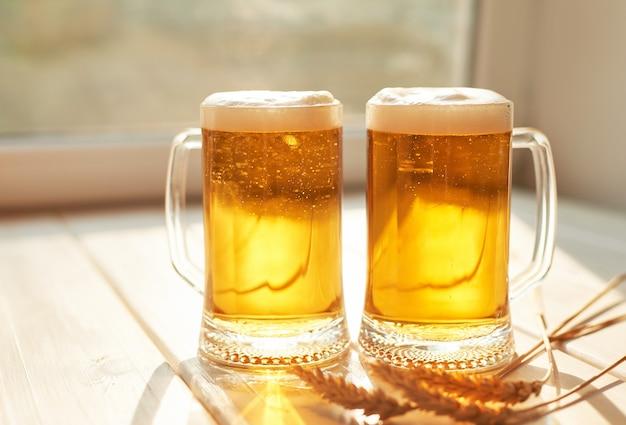 白い木のビールのグラス
