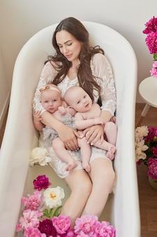 Счастливая семья, принимая ванну в цветочной воде
