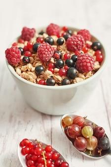 Вкусные ягоды в белой чашке и ложках