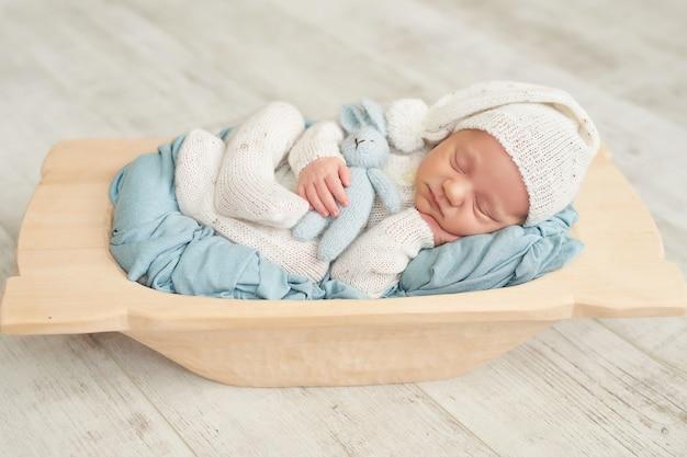 寝ている生まれたばかりの赤ちゃんの男の子