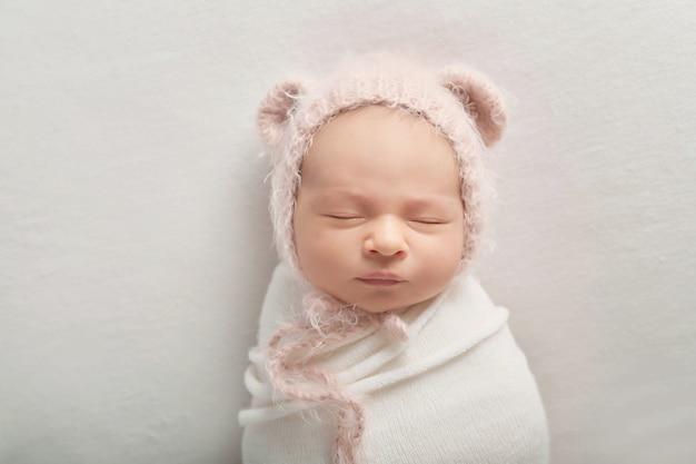 Новорожденный мальчик на белом фоне