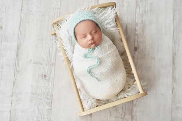 白い背景の上の新生児の少年