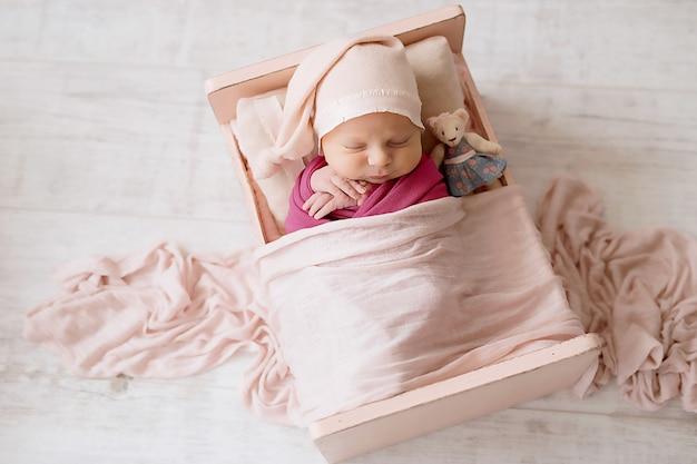 白の新生児の女の子