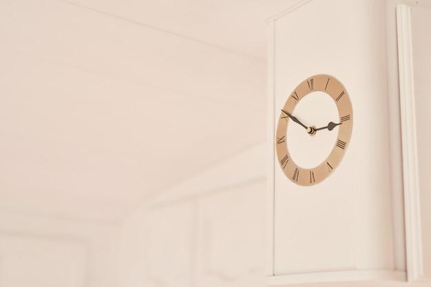 モーターホームの白い壁に時計します。