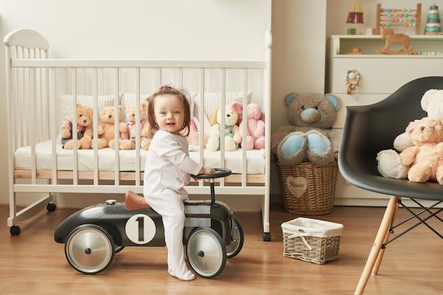 Девушка в ретро-машине в детской комнате