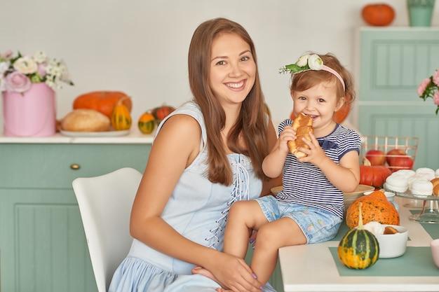 家族の母と娘が台所で夕食を作る