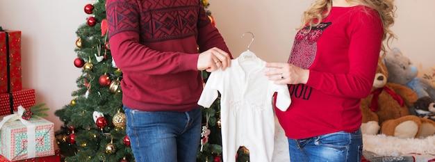 Молодые родители в кадре без лица