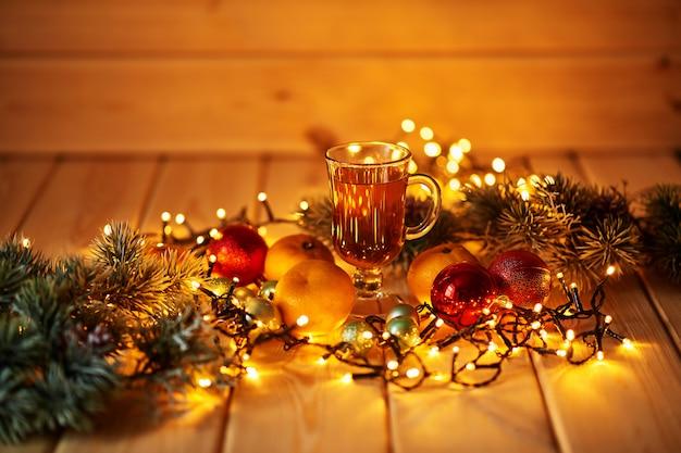 装飾されたテーブルでクリスマスドリンク