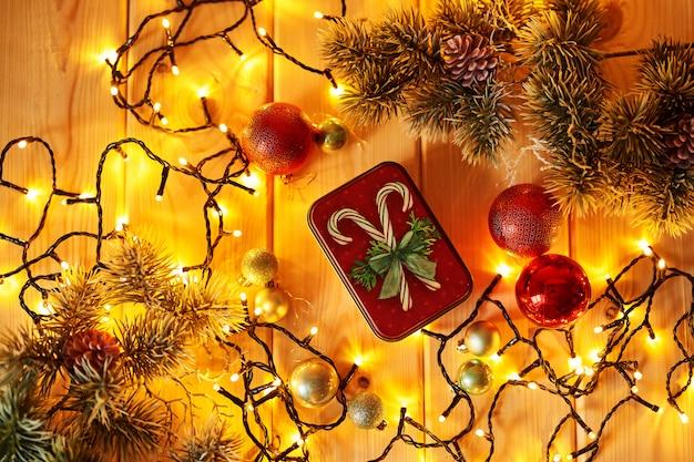 木製の表面のライトとクリスマスの装飾
