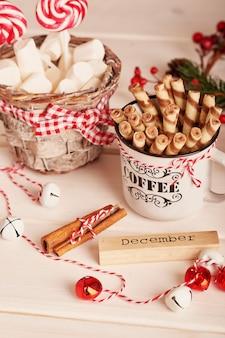 新年のお菓子マシュマロ、ロリポップ、ギフト付きのテーブルの上のミルク