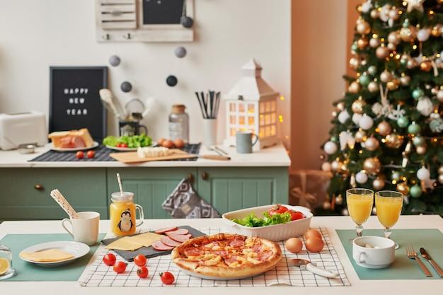クリスマステーブルの上のモッツァレラチーズのピザ