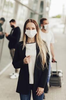防護マスクを身に着けている若い女性の肖像画