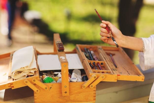 絵画や様々な美術機器がクローズアップ。